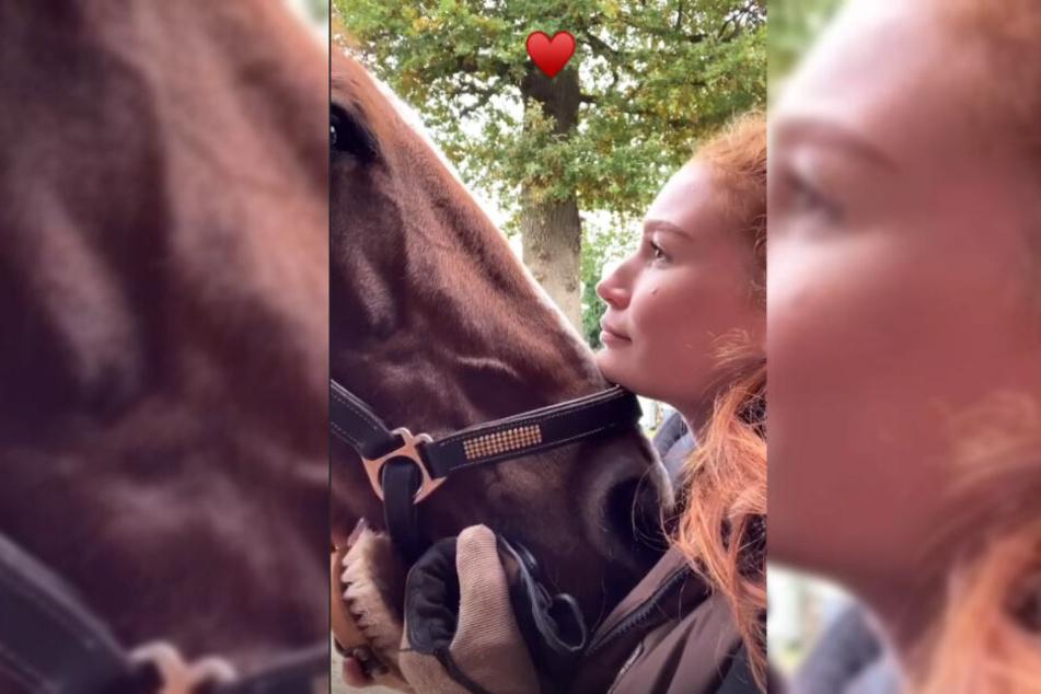 Mit Tränen in den Augen verabschiedet sich Influencerin Jana Heinisch von ihrem Pferd Domingo.