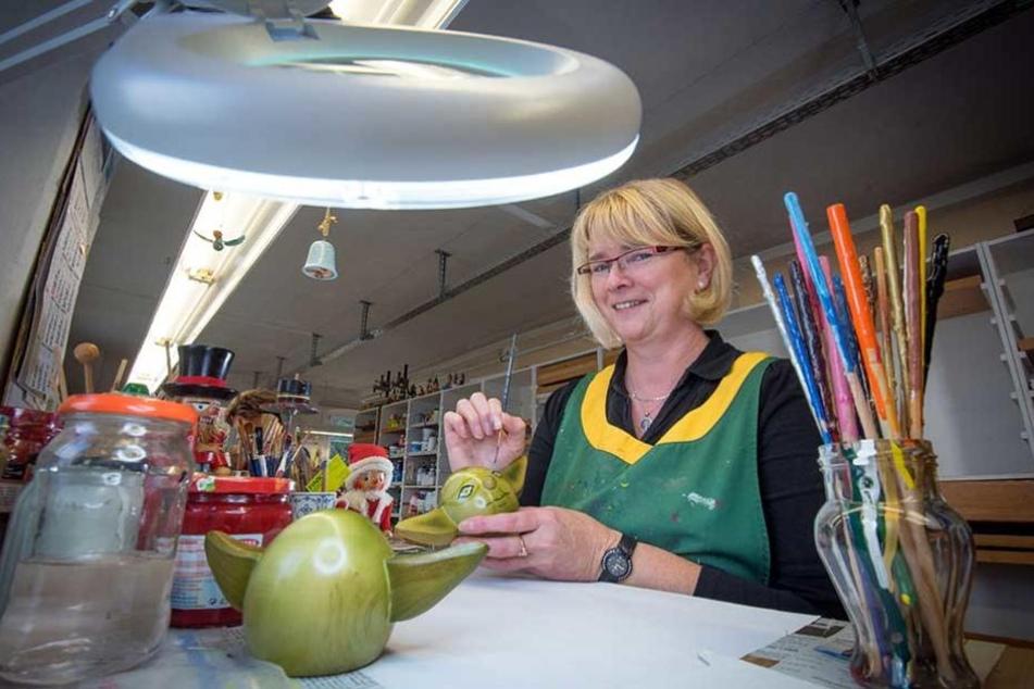 Feinarbeit: Mit dünnem Pinsel gibt Steinbach-Figurenmalerin Ingrid Schröter (50) dem Yoda-Nussknacker ein Gesicht.