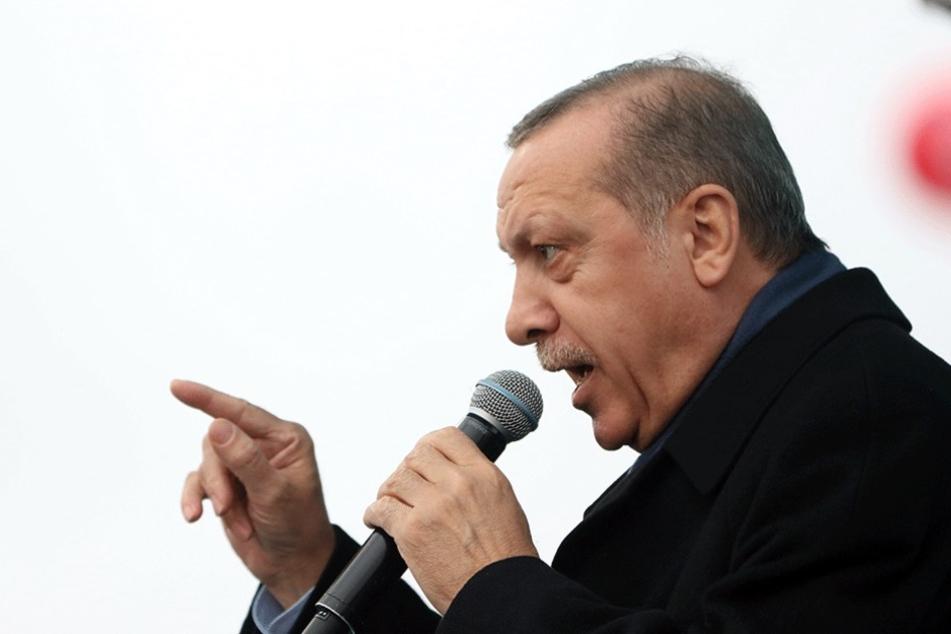 Der türkische Präsident Recep Tayyip Erdogan greift erstmals Angela Merke persönlich an.
