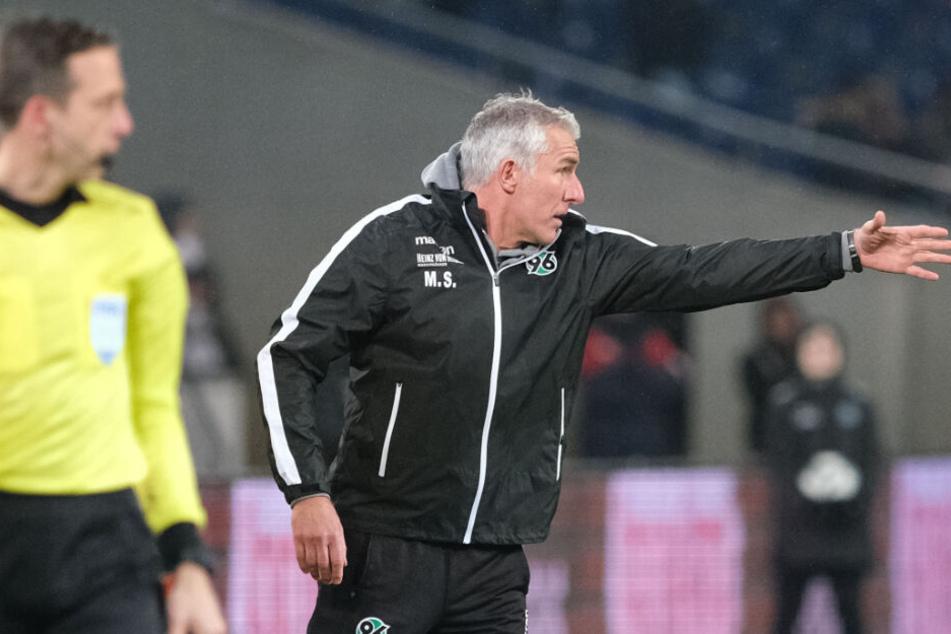 Engagiert coachte Mirko Slomka das 1:1 gegen Sandhausen. Es reicht jedoch nicht für einen Hannoveraner Sieg.