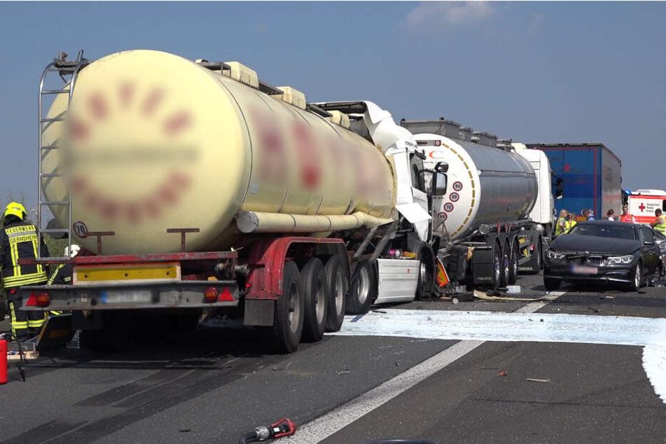 Unfall zwischen Lastwagen und Auto: Stillstand auf der A67!