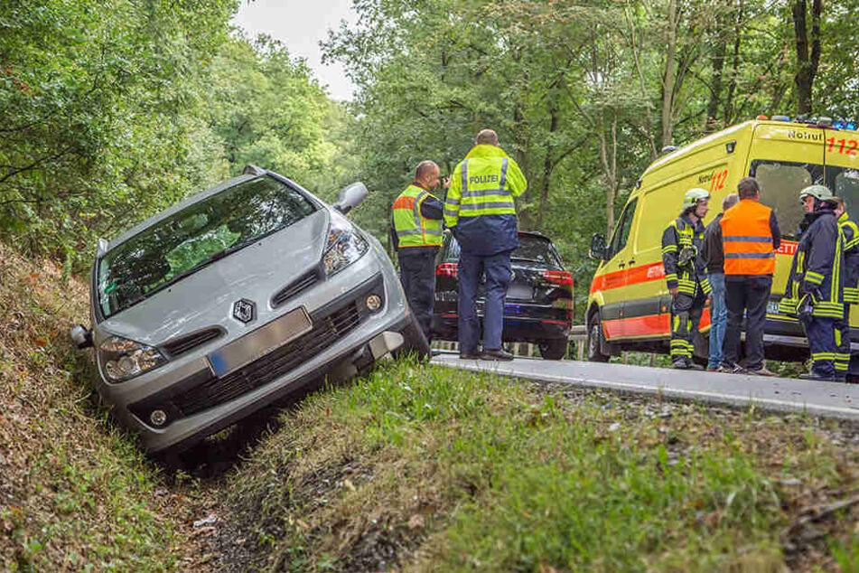Ein Renaultfahrer kam auf der B 180 aus ungeklärter Ursache von der Fahrbahn ab und landete im Graben.