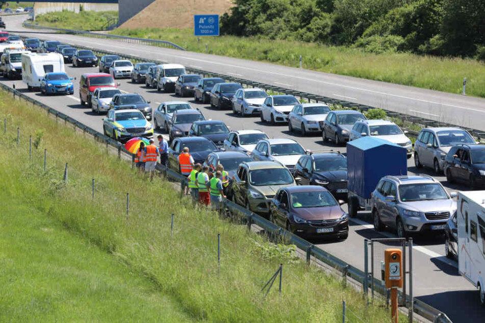Auf der A4 stehen die Autos Schlange.
