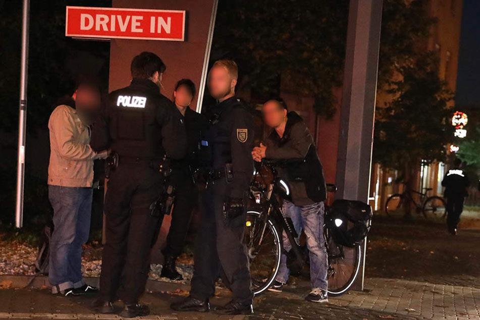 Das Opfer (li.) macht seine Aussage bei den Polizeibeamten.