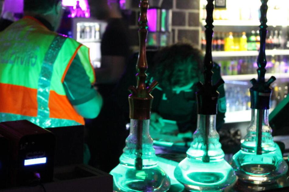 Drei Shishas sind bei der aktuellen Kontrolle von Raucher-Lounges in Hamburg zu sehen.