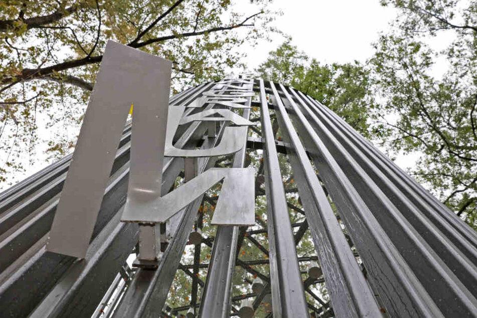 Unbekannte haben das Glockenspiel auf dem Schumannplatz in Zwickau beschädigt.