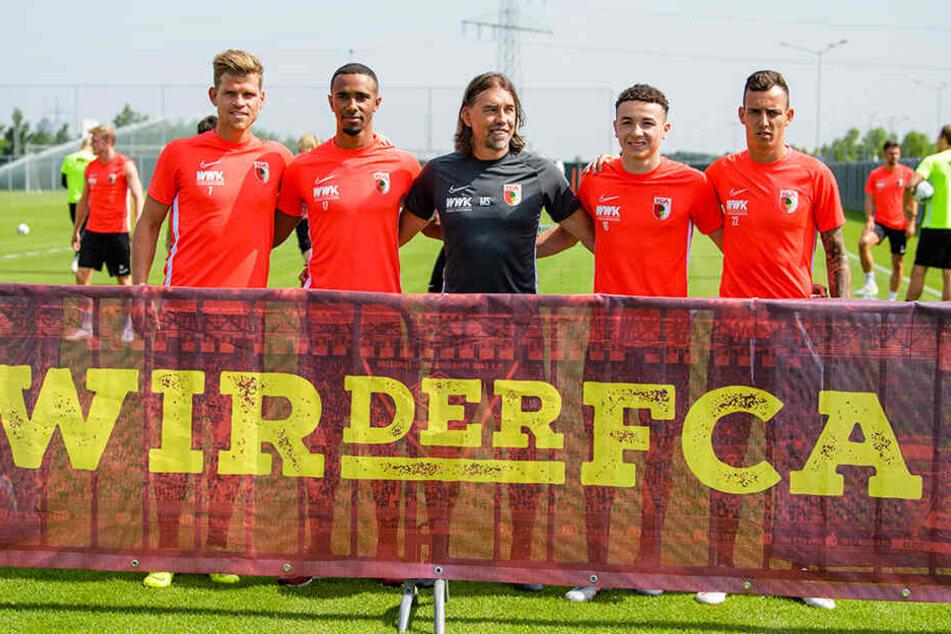 FCA-Coach Martin Schmidt (M.) mit den Neuzugängen Florian Niederlechner (l-r), Noah Sarenren Bazee, Ruben Vargas und Iago.