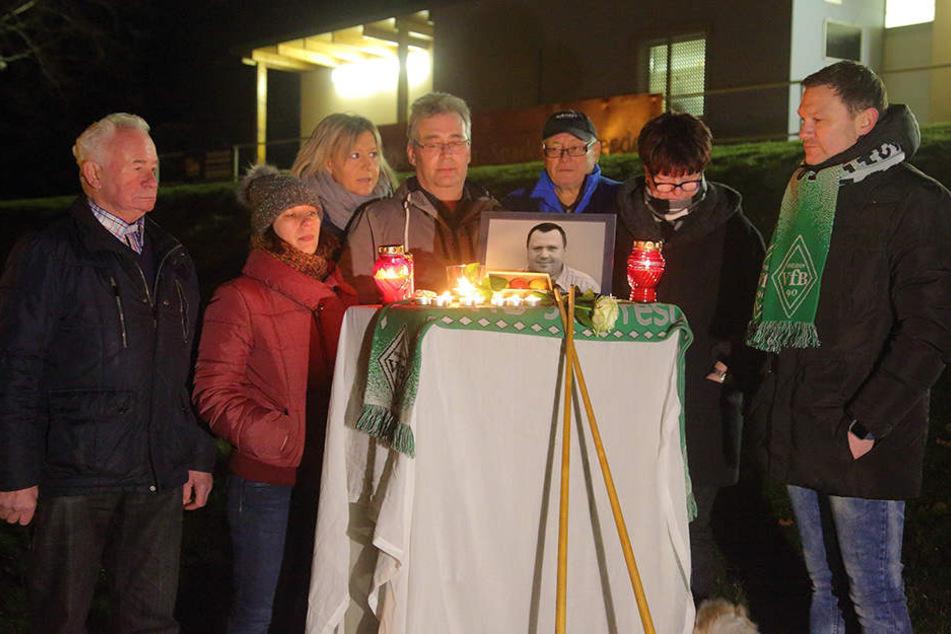 Traurig gedachten am Mittwoch die Mitglieder des VFB90 Dresden und Freunde des verstorbenen René Q. (†45).