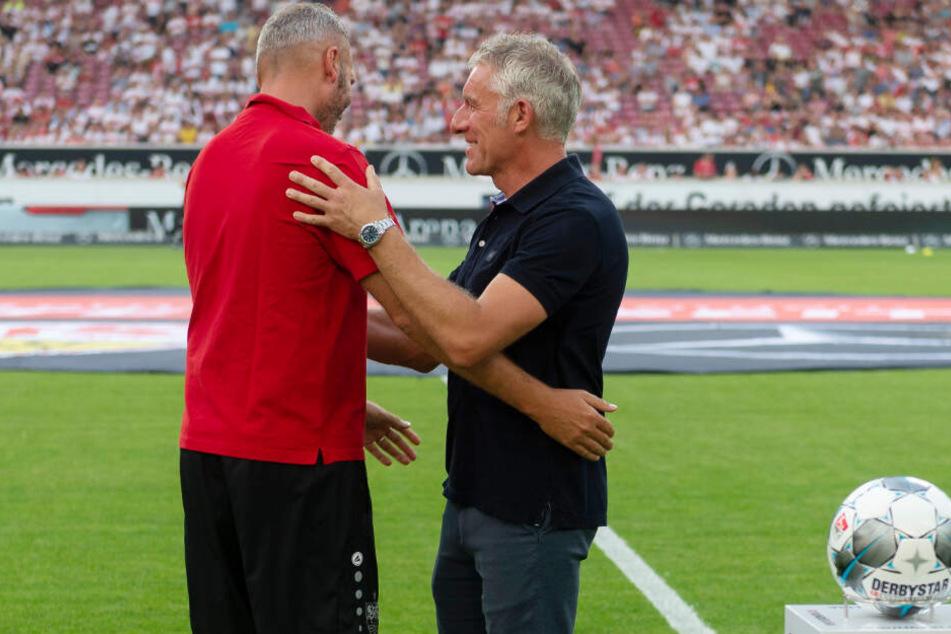 Die Trainer bei der Begrüßung vor dem Anpfiff: Stuttgarts Tim Walter (l.) und Hannovers Mirko Slomka.