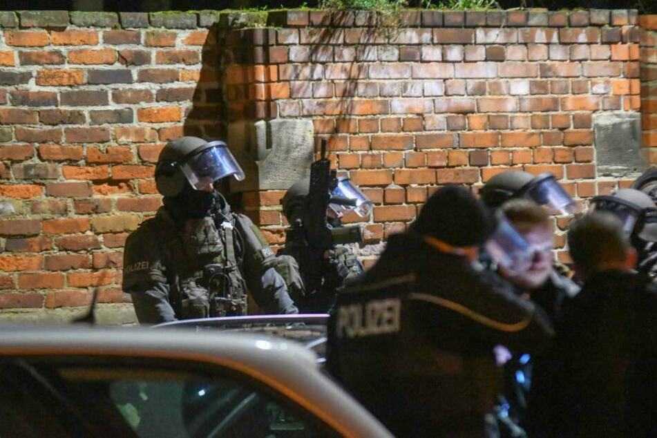 Das SEK hatte am Montag eine Wohnung in Magdeburg, nachdem dort ein 20-Jähriger während eines Drogengeschäfts mit einer Waffe bedroht worden sein soll.