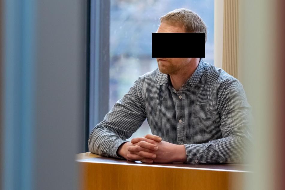 Marko H. (36) wurde im beschleunigten Verfahren wegen Verwendens von Kennzeichen verfassungswidriger Organisationen zu einer Geldstrafe von 2500 EUR verurteilt.