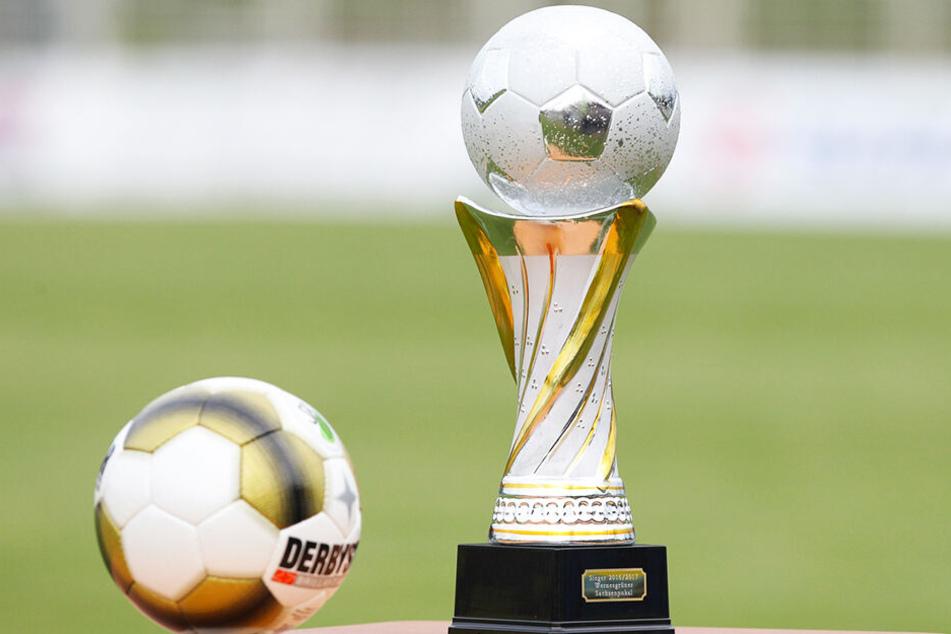 Um ihn geht's: Der Wernesgrüner Sachsenpokal ist für den Sieger Gold wert. Schließlich gibt's nicht nur die Trophäe, sondern auch noch das lukrative Startrecht im DFB-Pokal.
