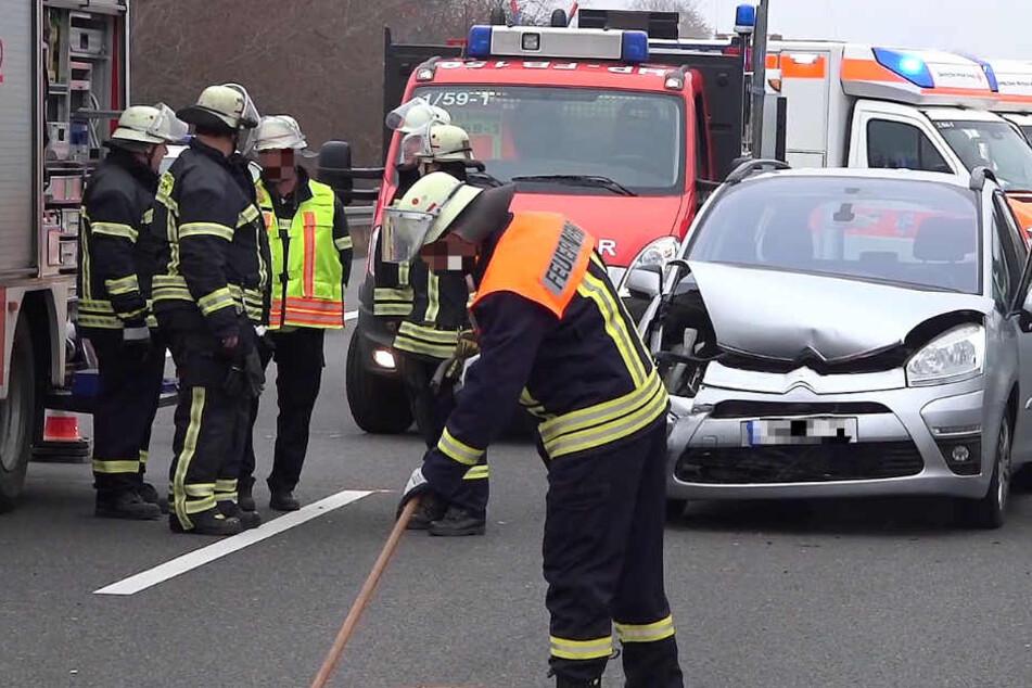 Fünf Autos waren an dem Crash beteiligt. Der Unfallverursacher floh allem Anschein nach.