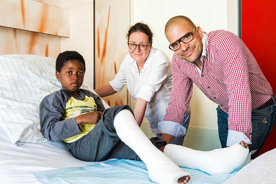 Kinderorthopädin Dr. Babett Döhnert (Mitte) und Oberarzt Dr. Boris Wesseler ermöglichen Kindern wie Antonio (links) ein ganz normales Leben in ihrer Heimat.