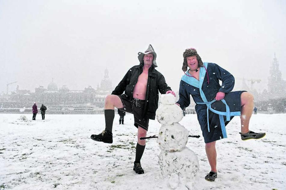 Frieren? Was ist das? Olaf Peege (52, l.) und Olf Ballaman (52) aus Döbeln stimmten sich am Elbufer auf den bevorstehenden Badespaß ein.
