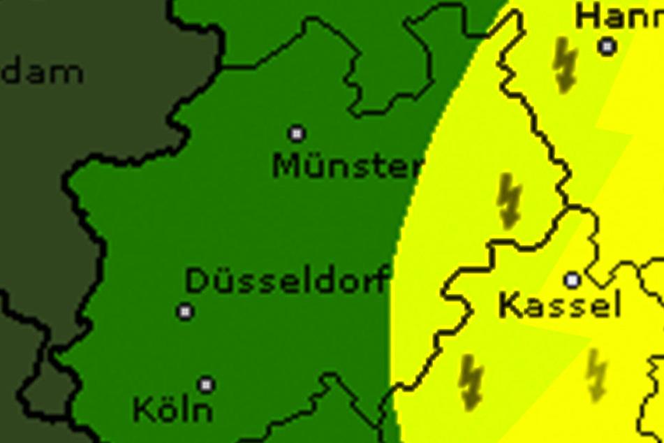 Von Osten her ziehen starke Gewitter über NRW auf.