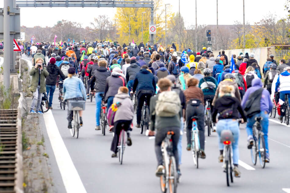 Bei Fahrraddemo in Berlin: Teilnehmer seilen sich von Brücken ab!