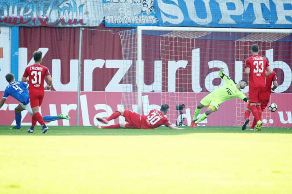 Im Hinspiel kassiert Zwickau fünf Stück. Hier macht Tommy Grupe das 2:0 für Hansa.