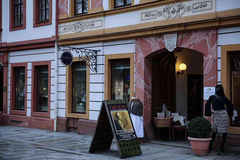 """In ihrem Dresdner Geschäft """"Antiquitäten am Goldenen Reiter"""" verkauft Maritta Schuster auch Meissener Porzellan."""