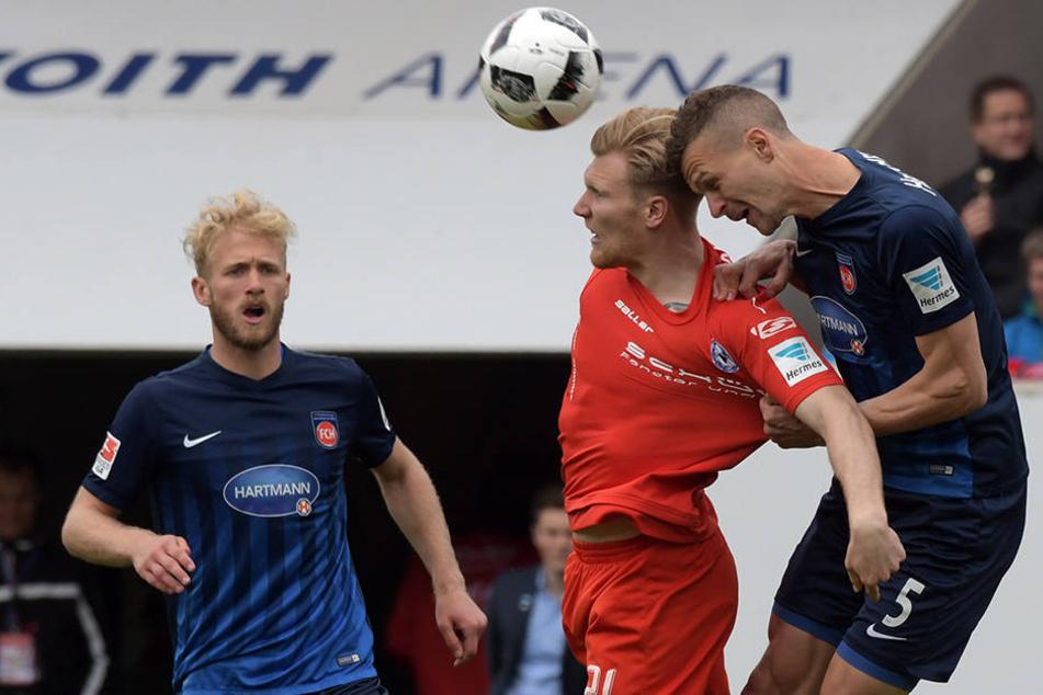 Harter Fight: Hier wird Andreas Voglsammer (rot) von Mathias Wittek (Nr. 5) am Trikot runtergezogen.