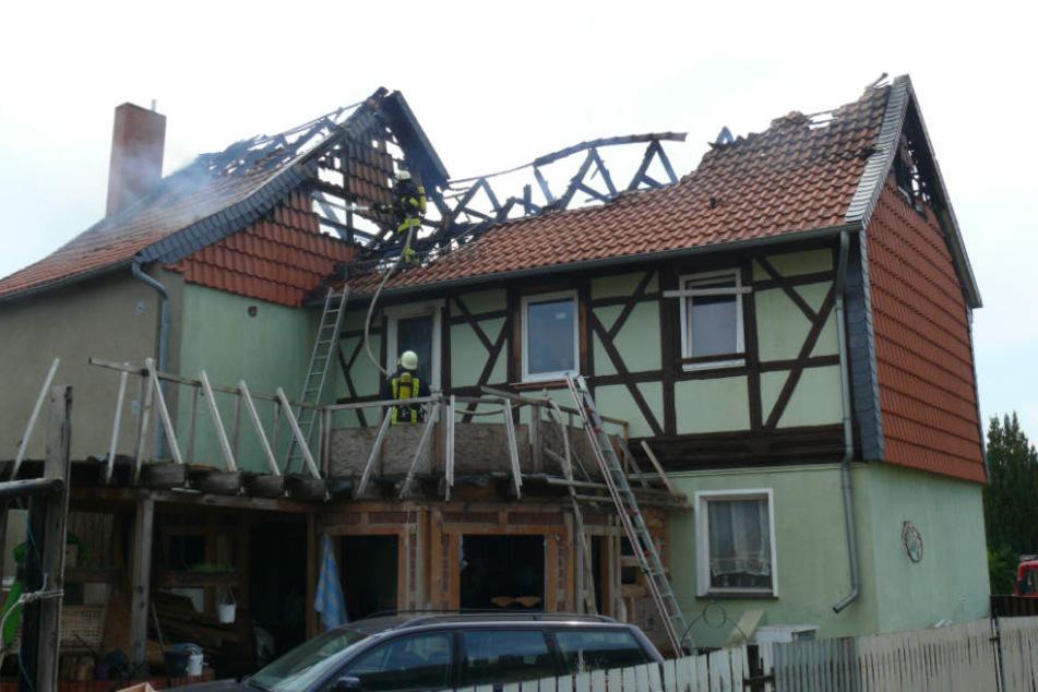 Die beiden Bewohner konnten durch Anwohner, die den Brand bemerkten und die Haustür eintraten, gerettet werden.
