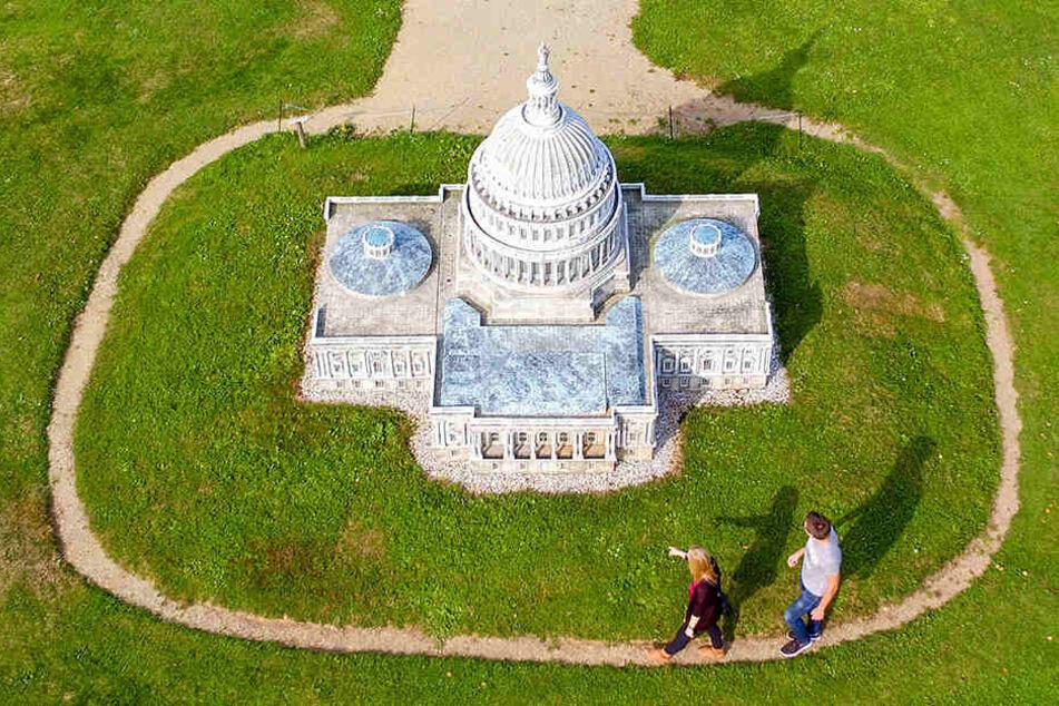 Zwei Besucher gehen am Capitol aus der US-Hauptstadt Washington in der Miniwelt entlang.
