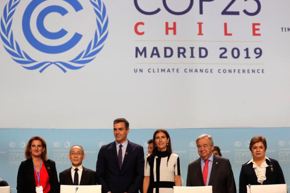 Hoesung Lee (2.v.l), Vorsitzende des Weltklimarates IPCC, Pedro Sanchez (3.v.l), amtierender Ministerpräsident von Spanien, Carolina Schmidt (3.v.r), Umweltministerin von Chile, und Antonio Guterres (2.v.r), UN-Generalsekretär, nehmen an der Eröffnung UN-