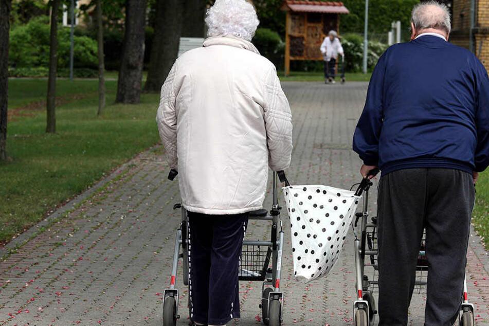 Auf dem Weg zum Arzt sind zwei Rentner gestürzt. Doch ihnen kam keiner zu Hilfe.