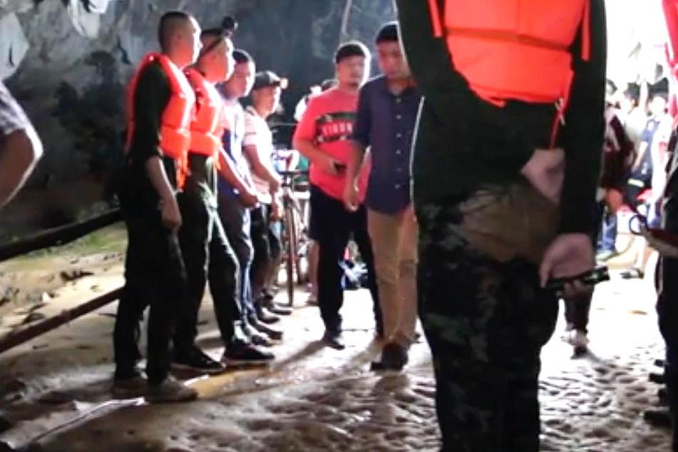Fußballmannschaft in Höhle eingeschlossen: Suche bleibt problematisch