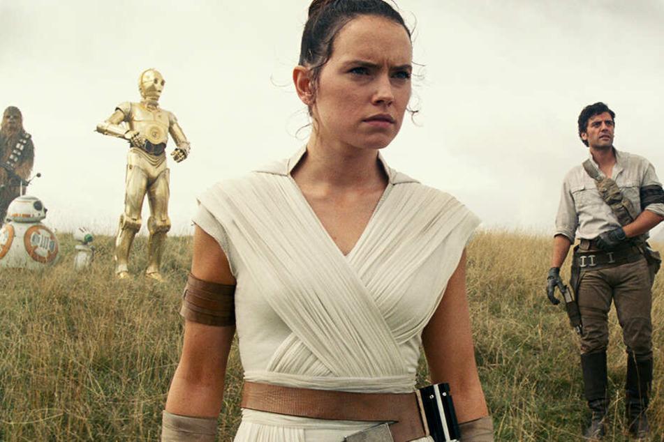 Auf Rey (Daisy Ridley) und ihre Freunde kommt einiges zu.