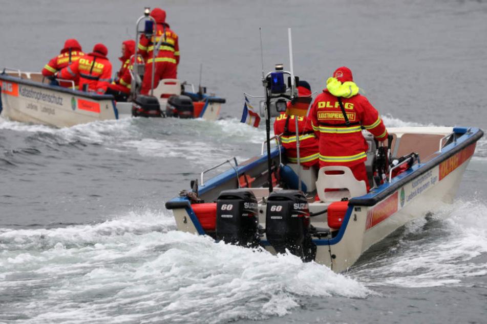 Mit Booten und einem Hubschrauber wurde die Unglücks-Stelle abgesucht (Symbolfoto).