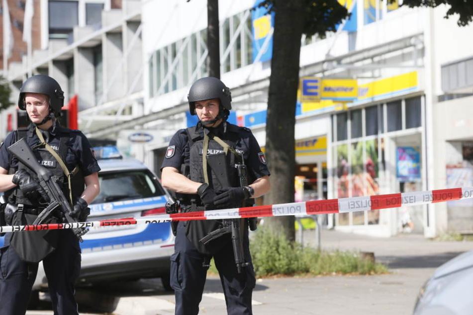 Einsatzkräfte der Polizei sperren nach der Messerattacke in Hamburg den Tatort ab.