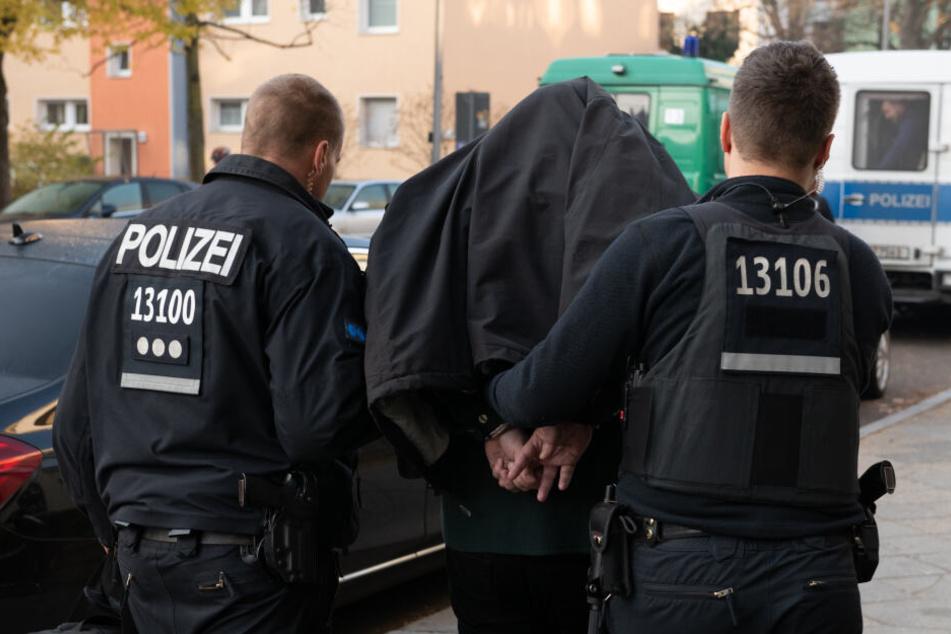 Im Zuge der Durchsuchungen wurde umfangreiches Material sichergestellt, darunter mehr als 20.000 Euro Bargeld. (Symbolbild)