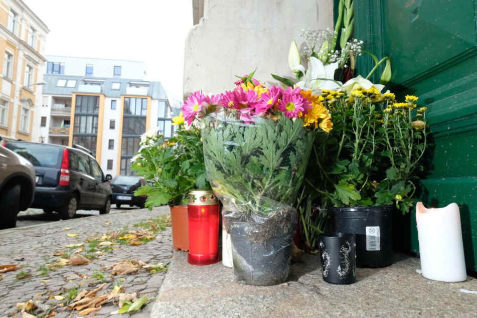 Blumen stehen vor dem Haus in der Eduardstraße 1 im Stadtteil Plagwitz. Hier wurde Stefan M. ermordet.