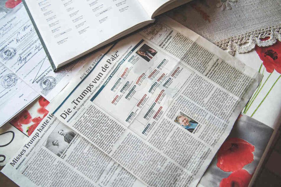 """""""Die Trumps aus der Pfalz"""" so tittelt eine regionale Tageszeitung. Im Hintergrund liegen Abstammungsurkunden, die die Verwandtschaft belegen."""