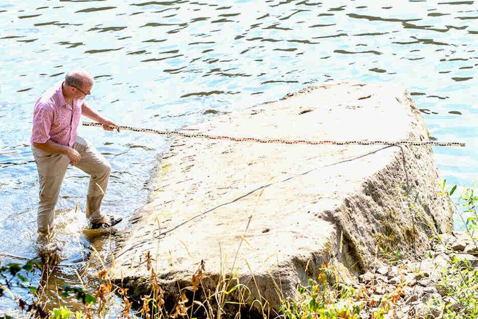 Geologe Michael Lange (56) vom Naturhistorischen Forschungsinstitut Senckenberg Dresden untersucht den Hungerstein in Oberposta.