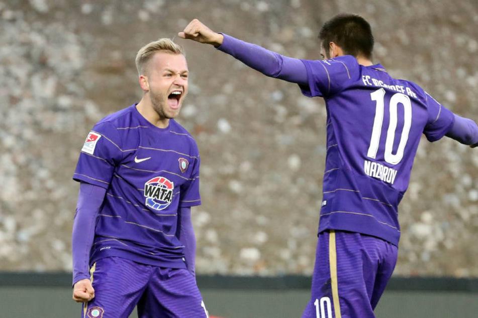Pascal Köpke und Nazarov jubeln. Aue erzielt den Treffer zum  1:0.