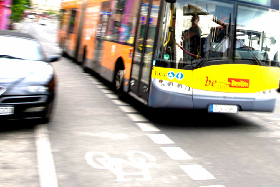 Ein Auto ist am Donnerstagmorgen frontal in einen Linienbus in Berlin gekracht (Symbolbild).