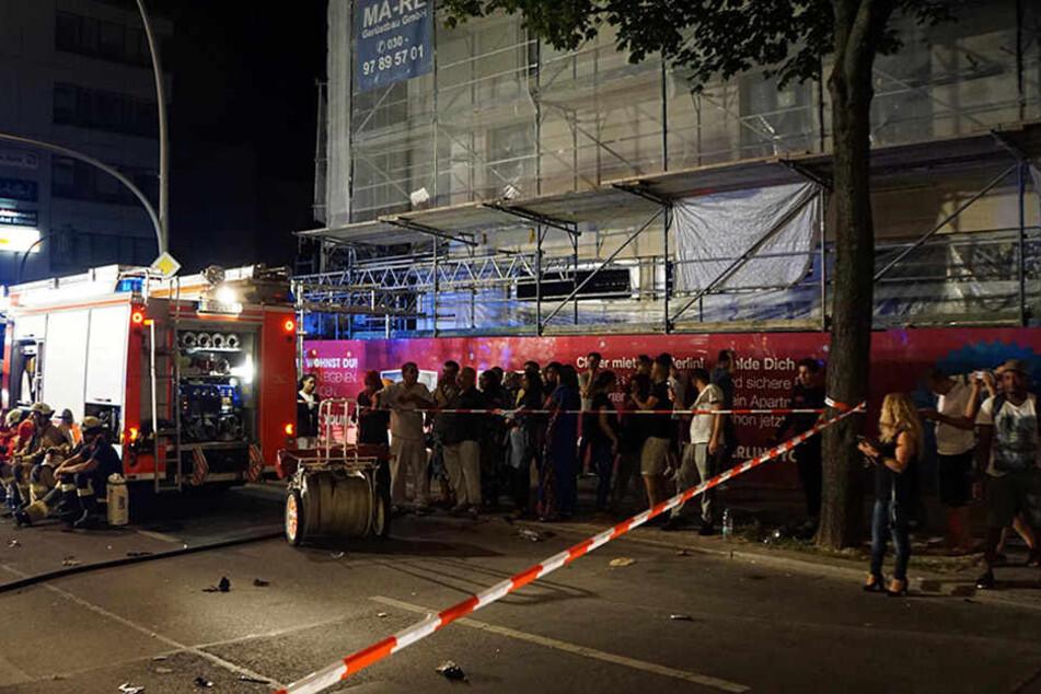 Hunderte von Menschen versammelten sich um den Unfallort und fotografierten oder filmten. Teilweise behinderten die Schaulustigen auch die Arbeit der Einsatzkräfte.