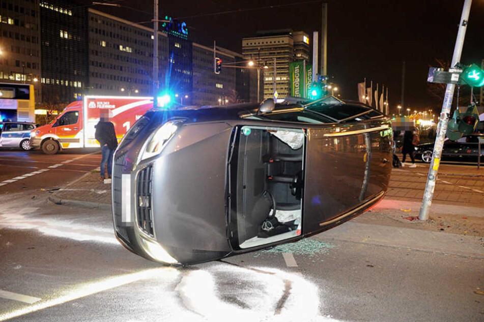 Zwei Leichtverletzte in Berlin | Seat bei Kreuzungs-Crash auf Seite geschleudert