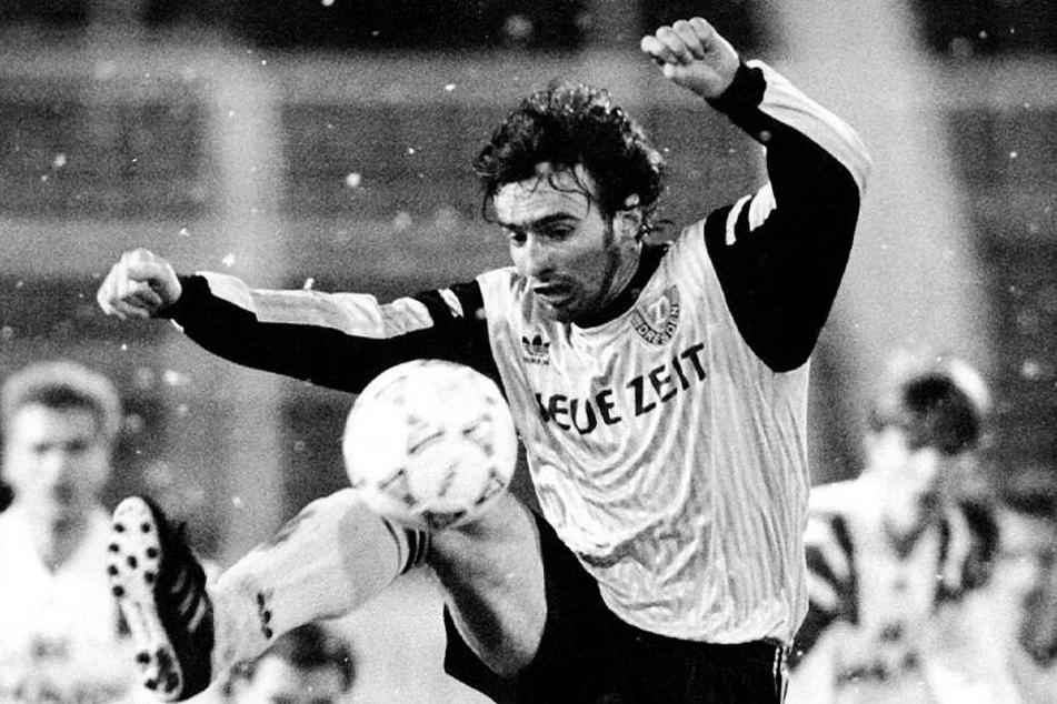 Miroslav Stevic 1993 im Trikot von Dynamo Dresden am Ball. 55 Mal spielte der Serbe für die Schwarz-Gelben in der Bundesliga.