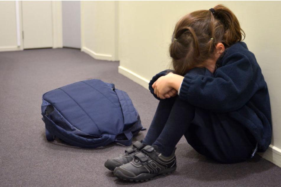 Sie wartete auf den Schulbus. Plötzlich schlägt dem 10-jährigen Schulkind ein Mann auf den Hinterkopf. (Symbolbild)