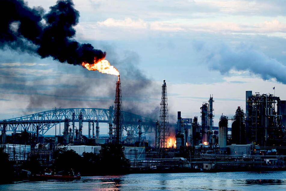 Explosionen und Feuer in Raffinerie! Flammen kilometerweit zu sehen