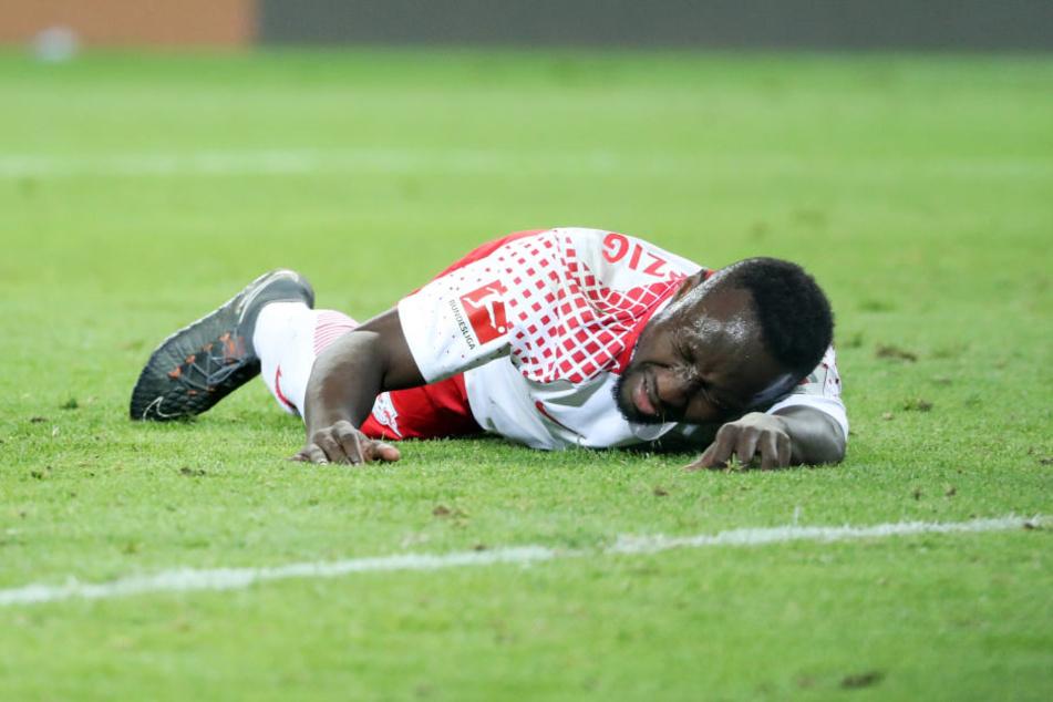 Verletzt liegt Naby Keita nach einem Zusammenprall mit Leverkusens Torhüter Bernd Leno am Montag am Boden. In Marseille ist er wieder am Start.