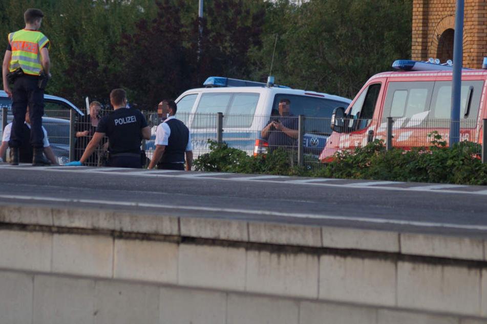 Polizisten stehen an der Unglücksstelle am Bitterfelder Bahnhof. Hier starb eine Frau, die von einem Güterzug erfasst wurde.
