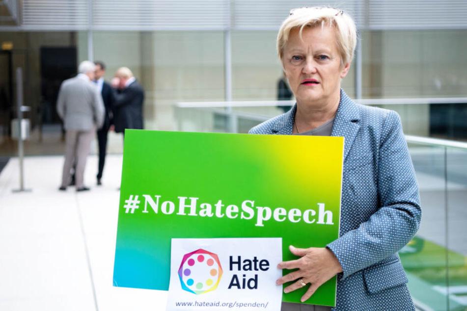 Renate Künast (63) protestiert mit einem Plakat mit der Aufschrift #NoHateSpeech gegen das Urteil.