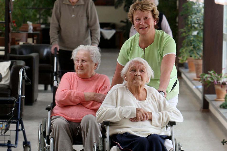 Schwester Ramona Riedel (57) zieht und schiebt Ilse Thees (87) und Marianne Herzig (88, vorn) gleichzeitig, um Zeit zu sparen.