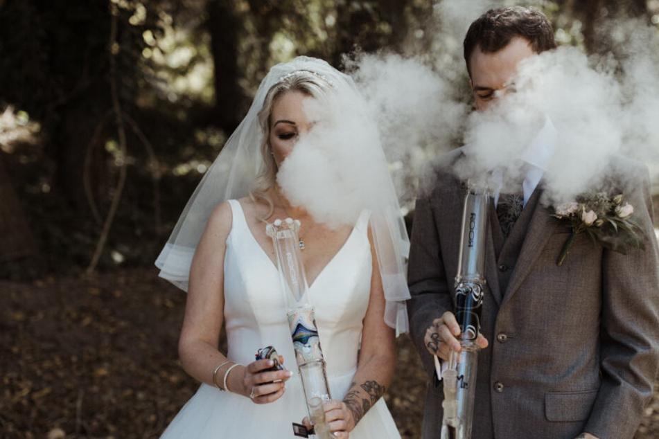 Benebeltes Brautpaar: Die witzige Geschichte hinter diesem Hochzeitsfoto!