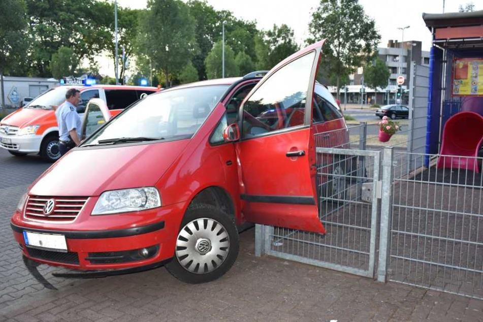 Der Volkswagen Sharan blieb an einem Zaun stehen.