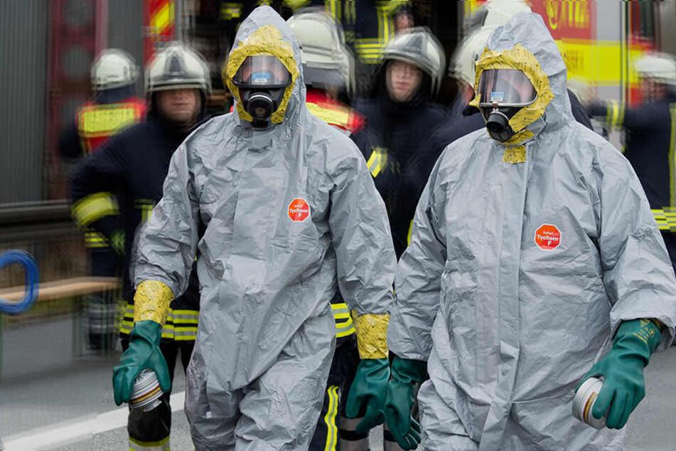 Einsatzkräfte der Feuerwehr und der Polizei seien derzeit im Einsatz.